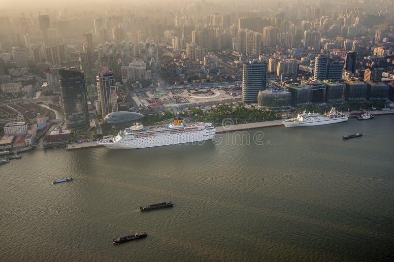 ο στρόφαλος οικοδόμησης της Κίνας κτηρίων τελείωσε τους σύγχρονους νέους ουρανοξύστες της Σαγγάης γραφείων ακόμα μαζί κάτω Άποψη  στοκ εικόνα με δικαίωμα ελεύθερης χρήσης