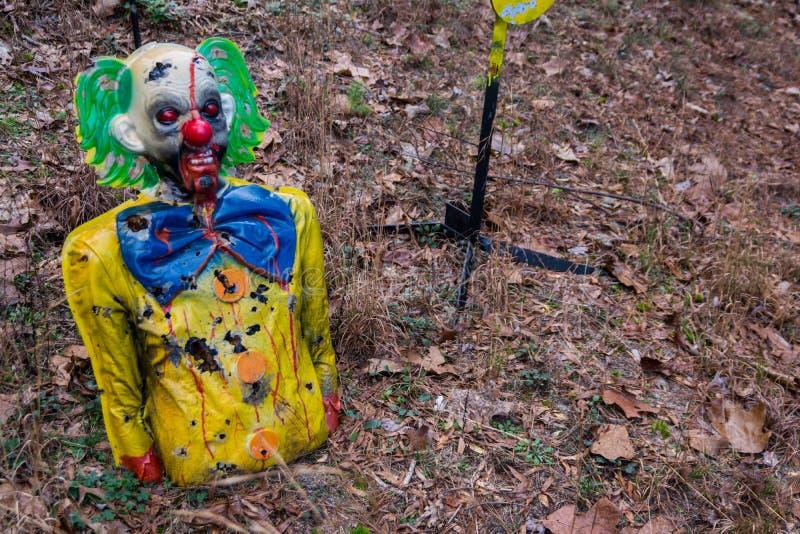 Ο στόχος πυροβολισμού κατέστρεψε τα ζωηρόχρωμα τρομακτικά ξύλα κλόουν στοκ φωτογραφίες