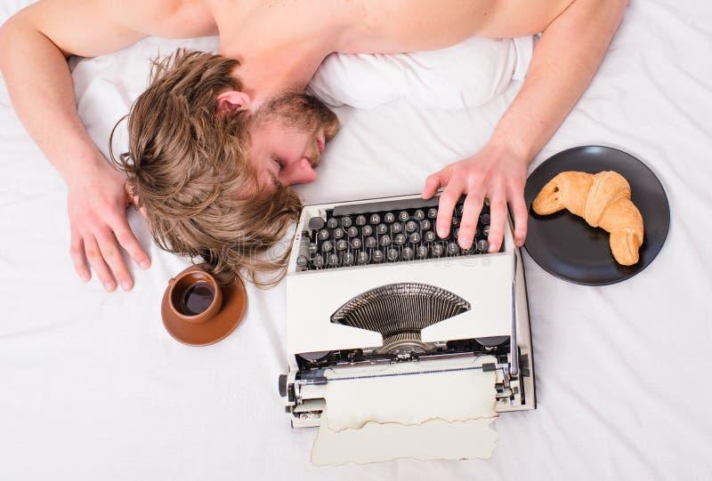 Ο συγγραφέας χρησιμοποίησε την ντεμοντέ γραφομηχανή Το άτομο νυσταλέο βάζει τα κλινοσκεπάσματα ενώ εργασία Πτώση Workaholic κοιμι στοκ φωτογραφίες με δικαίωμα ελεύθερης χρήσης