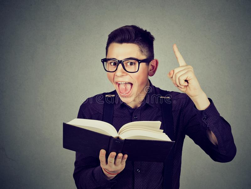 Ο συγκινημένος νέος τύπος με το βιβλίο έχει μια καλή ιδέα στοκ εικόνες