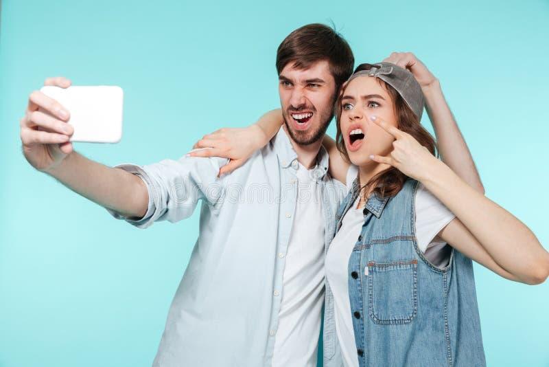 Ο συναισθηματικοί αδελφός και η αδελφή κάνουν selfie με κινητό τηλέφωνο στοκ φωτογραφία με δικαίωμα ελεύθερης χρήσης