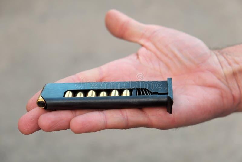 Ο συνδετήρας από το πιστόλι Makarov στο χέρι του στοκ εικόνες