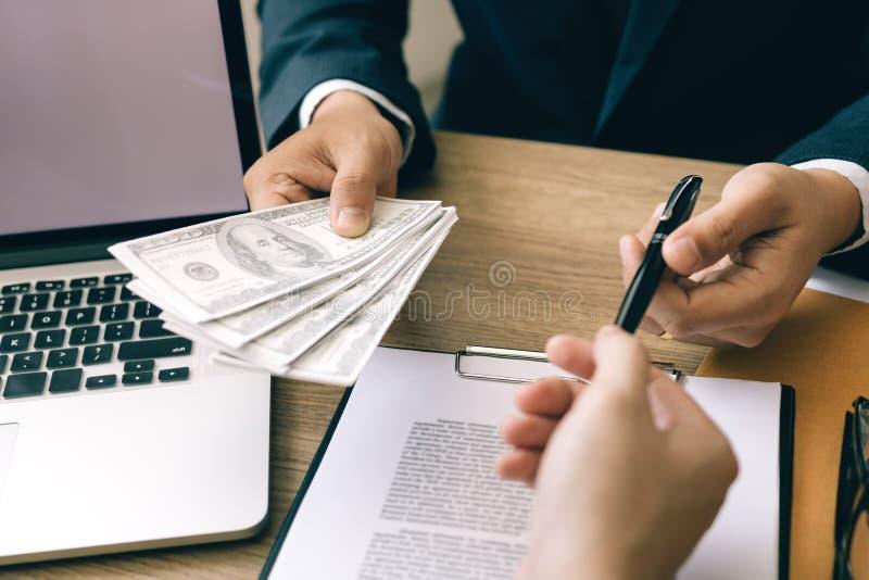 Ο συνεργάτης έχει κάνει μια απάτη στη σύμβαση της πώλησης και της παράδοσης μετρητών και τη μάνδρα στον επιχειρηματία που υπογράφ στοκ εικόνες