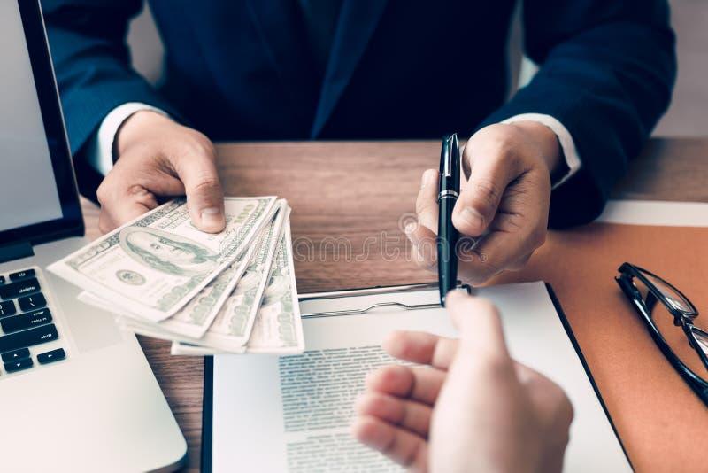 Ο συνεργάτης έχει κάνει μια απάτη στη σύμβαση της πώλησης και της παράδοσης μετρητών και τη μάνδρα στον επιχειρηματία που υπογράφ στοκ φωτογραφία