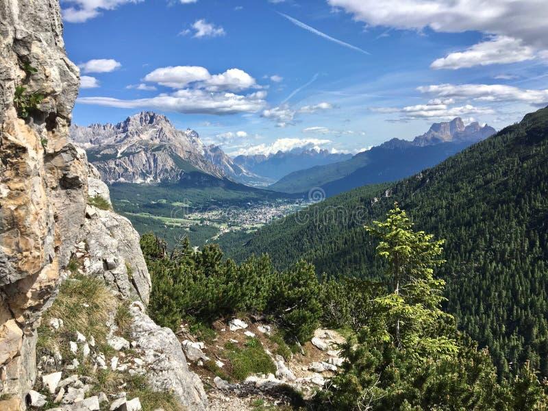 Ο συνταγματάρχης Rosa και μέσω του ferrata - Ε Bovero, άποψη σε Cortina στοκ φωτογραφία με δικαίωμα ελεύθερης χρήσης