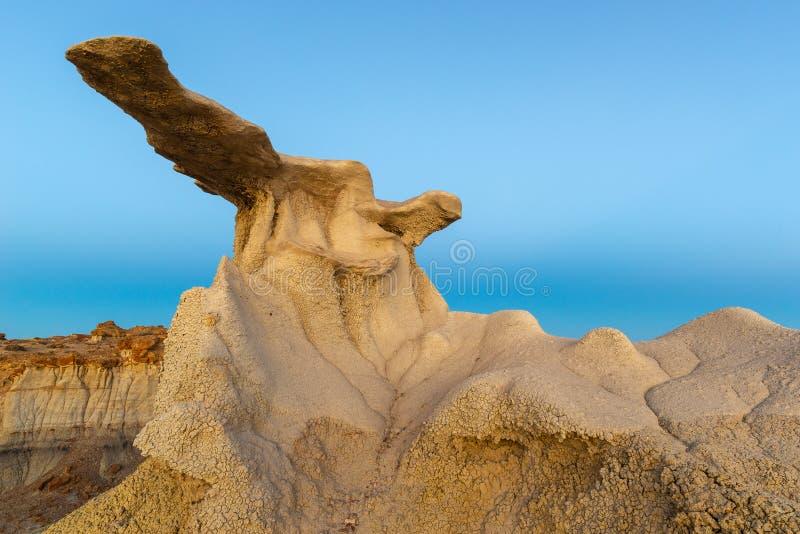 Ο σχηματισμός βράχου φτερών στην μπλε ώρα, περιοχή αγριοτήτων bisti/De-NA-Zin, Νέο Μεξικό στοκ εικόνες