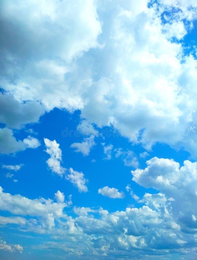 Ο σωρείτης καλύπτει ειρηνικά να επιπλεύσει στον ουρανό στοκ φωτογραφίες