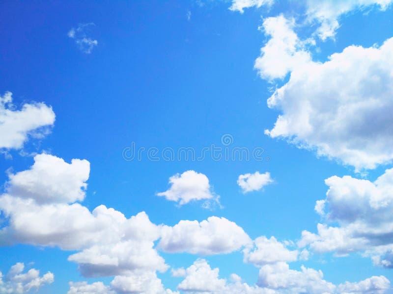Ο σωρείτης καλύπτει ειρηνικά να επιπλεύσει στον ουρανό στοκ εικόνα με δικαίωμα ελεύθερης χρήσης