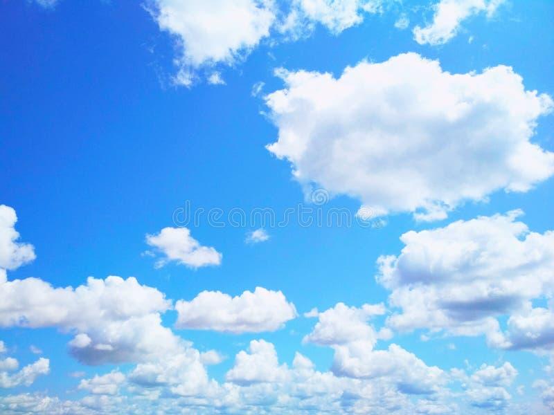 Ο σωρείτης καλύπτει ειρηνικά να επιπλεύσει στον ουρανό στοκ εικόνες