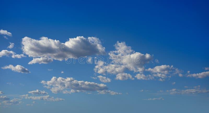 Ο σωρείτης καλύπτει το τέλειο λευκό στο μπλε ουρανό στοκ εικόνες με δικαίωμα ελεύθερης χρήσης