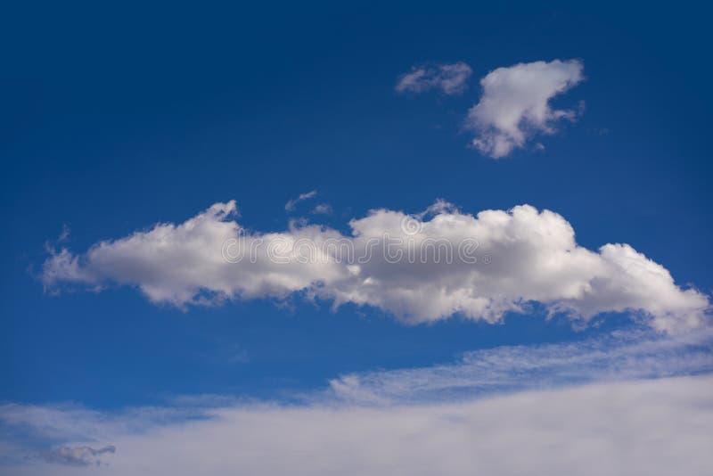 Ο σωρείτης καλύπτει το τέλειο λευκό στο μπλε ουρανό στοκ φωτογραφίες με δικαίωμα ελεύθερης χρήσης