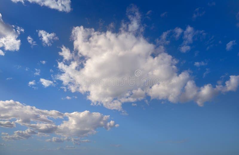 Ο σωρείτης καλύπτει το τέλειο λευκό στο μπλε ουρανό στοκ εικόνες