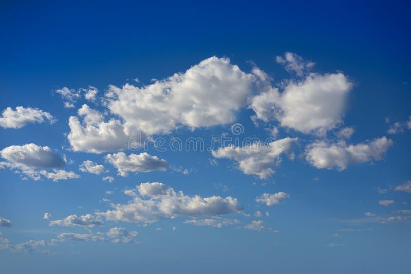 Ο σωρείτης καλύπτει το τέλειο λευκό στο μπλε ουρανό στοκ φωτογραφία με δικαίωμα ελεύθερης χρήσης