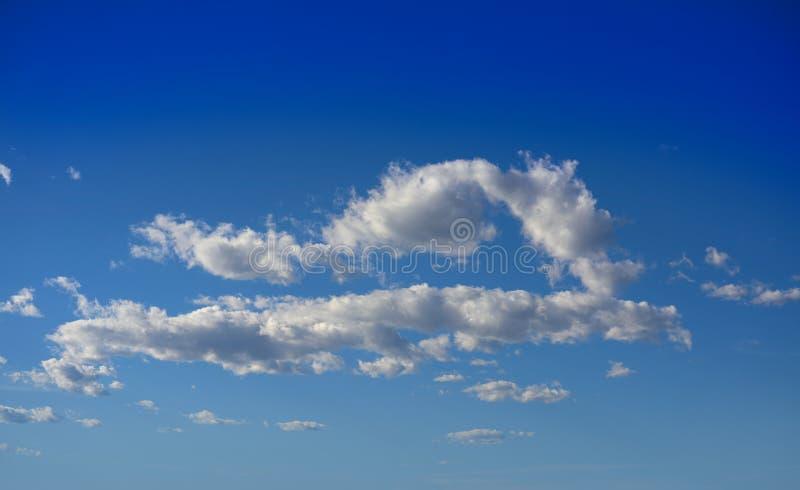 Ο σωρείτης καλύπτει το τέλειο λευκό στο μπλε ουρανό στοκ φωτογραφίες
