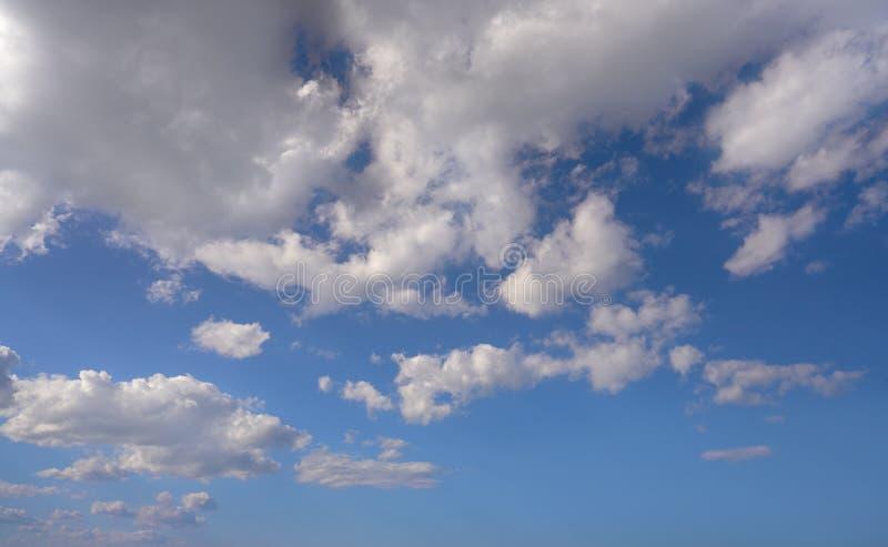 Ο σωρείτης καλύπτει το τέλειο λευκό στο μπλε ουρανό στοκ εικόνα με δικαίωμα ελεύθερης χρήσης