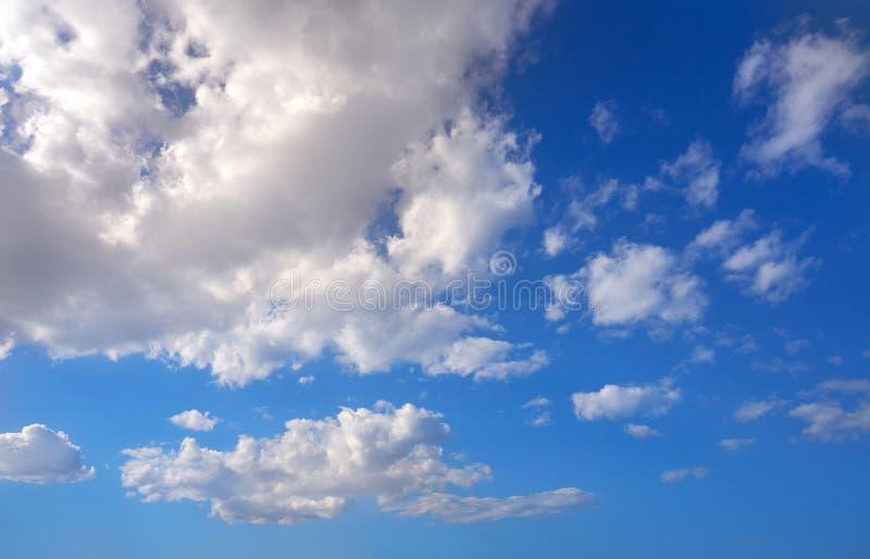 Ο σωρείτης καλύπτει το τέλειο λευκό στο μπλε ουρανό στοκ φωτογραφία