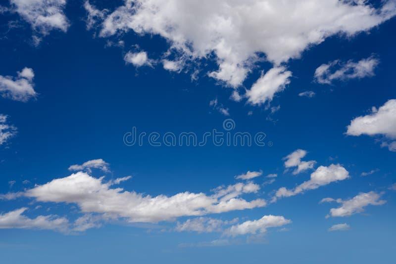 Ο σωρείτης καλύπτει το τέλειο λευκό στο μπλε ουρανό στοκ εικόνα