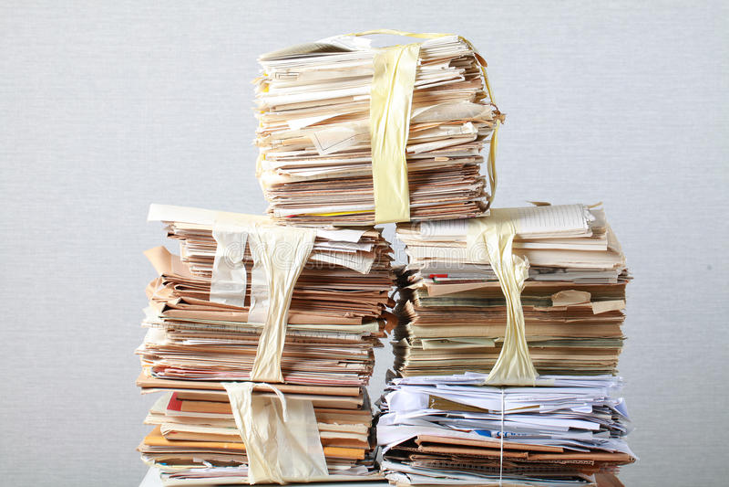 ο σωρός παλαιός των άχρηστων χαρτιών πασσάλωσε ανακύκλωσης στοκ εικόνα