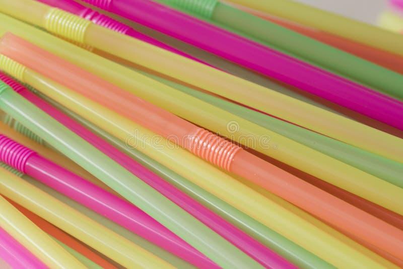 Ο σωρός της κρητιδογραφίας χρωματίζει τα πλαστικά άχυρα για το ποτό στοκ φωτογραφία με δικαίωμα ελεύθερης χρήσης
