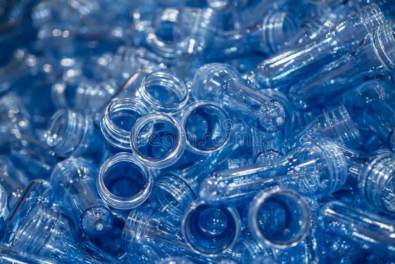 Ο σωρός της μορφής προσχηματισμών για την πλαστική διαδικασία φυσήγματος μπουκαλιών στοκ φωτογραφία