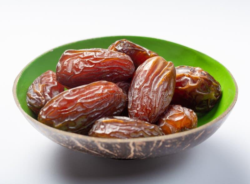 Ο σωρός των γλυκών νόστιμων ξηρών φρούτων ημερομηνιών κλείνει επάνω απομονωμένος στοκ εικόνες