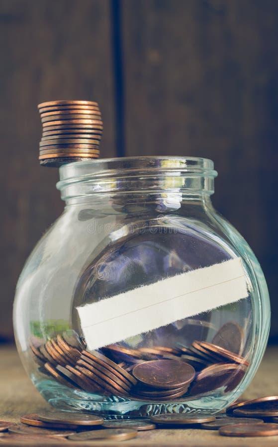 Ο σωρός των νομισμάτων ενός σεντ στο βάζο γυαλιού τελειώνει στοκ φωτογραφία με δικαίωμα ελεύθερης χρήσης