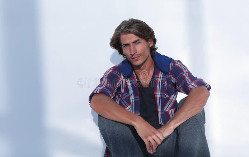 Ο σύγχρονος νεαρός άνδρας σκέφτεται Απομονωμένος στο λευκό στοκ φωτογραφία