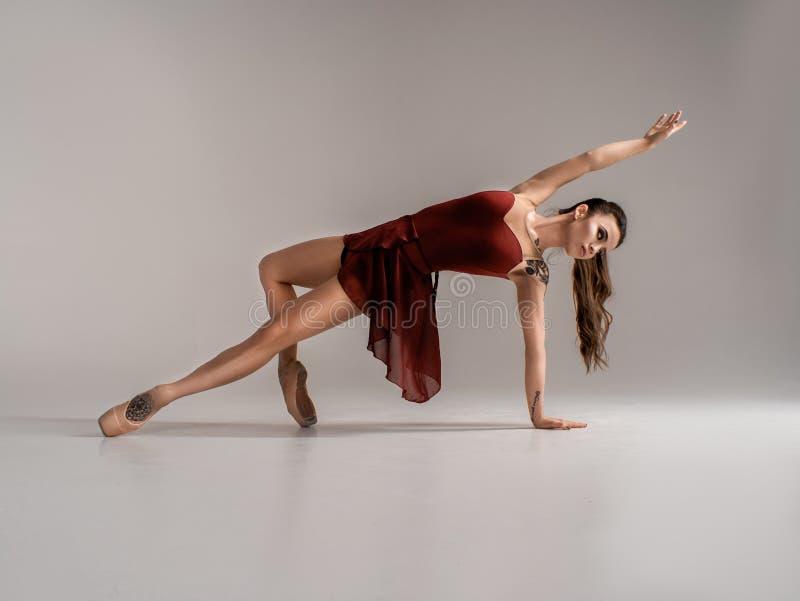 Ο σύγχρονος χορευτής μπαλέτου, άλμα τέχνης προς θέαση ballerina με το κενό διαστημικό υπόβαθρο αντιγράφων, στοκ φωτογραφίες