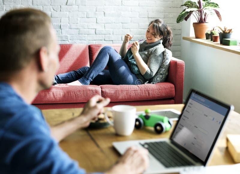Ο σύζυγος συζύγων ζεύγους χαλαρώνει το ξεφύλλισμα πελατών στοκ φωτογραφίες με δικαίωμα ελεύθερης χρήσης