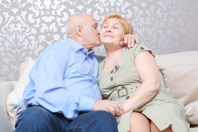 Ο σύζυγος φιλά τη σύζυγό του στοκ εικόνες
