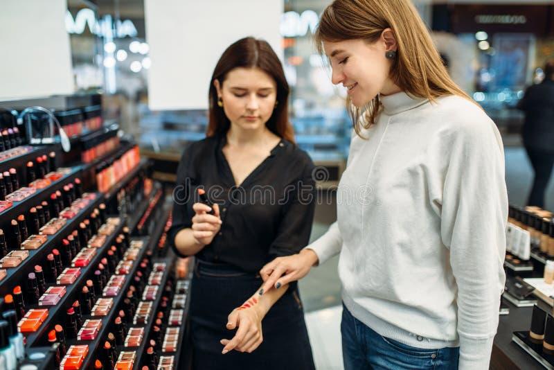 Ο σύμβουλος βοηθά τη γυναίκα με την επιλογή στο κατάστημα σύνθεσης στοκ φωτογραφία με δικαίωμα ελεύθερης χρήσης
