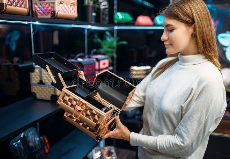 Ο σύμβουλος βοηθά τη γυναίκα με την επιλογή στο κατάστημα σύνθεσης στοκ φωτογραφίες με δικαίωμα ελεύθερης χρήσης
