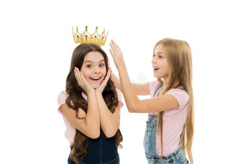 Ο τίτλος πηγαίνει στο χαριτωμένο παιδί Ο καλύτερος φίλος μου Προσωπική εκτίμηση Το παιδί φορά τη χρυσή πριγκήπισσα συμβόλων κορων στοκ φωτογραφίες