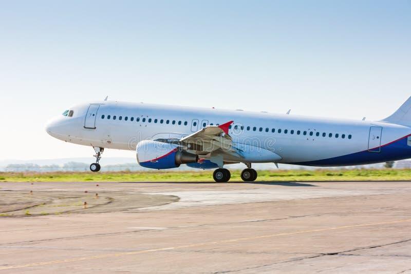 Ο τίτλος αεροπλάνων στο διάδρομο στοκ φωτογραφίες με δικαίωμα ελεύθερης χρήσης