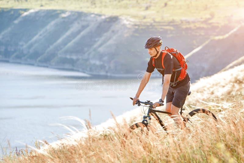 Ο ταξιδιώτης έχει adventur στο λιβάδι στην όχθη ποταμού στοκ εικόνα με δικαίωμα ελεύθερης χρήσης