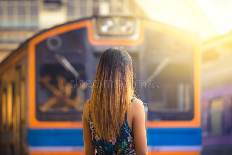 Ο ταξιδιώτης γυναικών με το καπέλο πιέζει πλησίον τις διαδρομές περιμένοντας το τραίνο στοκ φωτογραφία με δικαίωμα ελεύθερης χρήσης