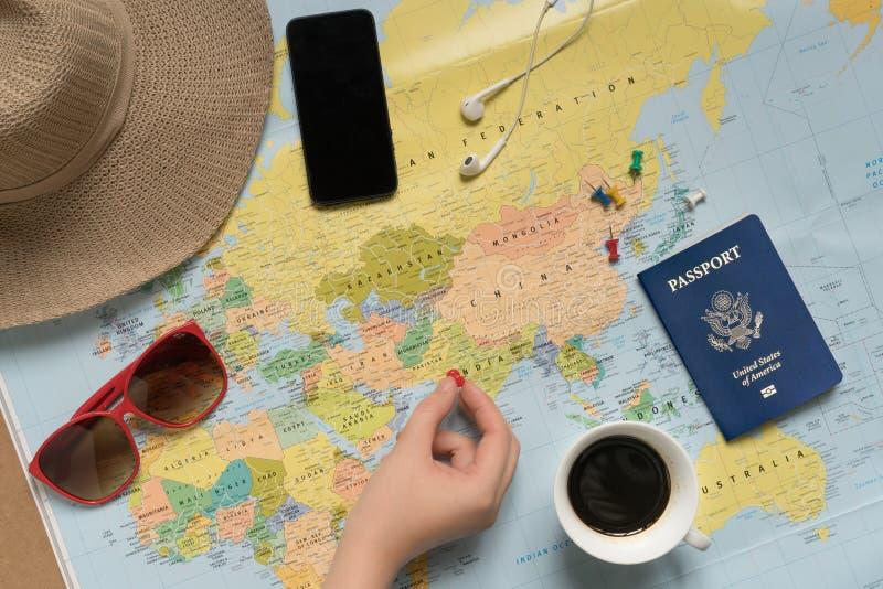 Ο ταξιδιώτης γυναικών προγραμματίζει έναν γύρο στοκ εικόνες με δικαίωμα ελεύθερης χρήσης