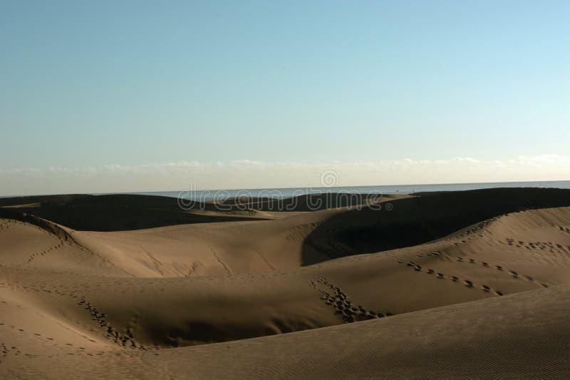 Ο τεράστιος αμμόλοφος της ερήμου Maspalomas στα Κανάρια νησιά που καταλήγουν στον Ατλαντικό Ωκεανό στοκ φωτογραφία