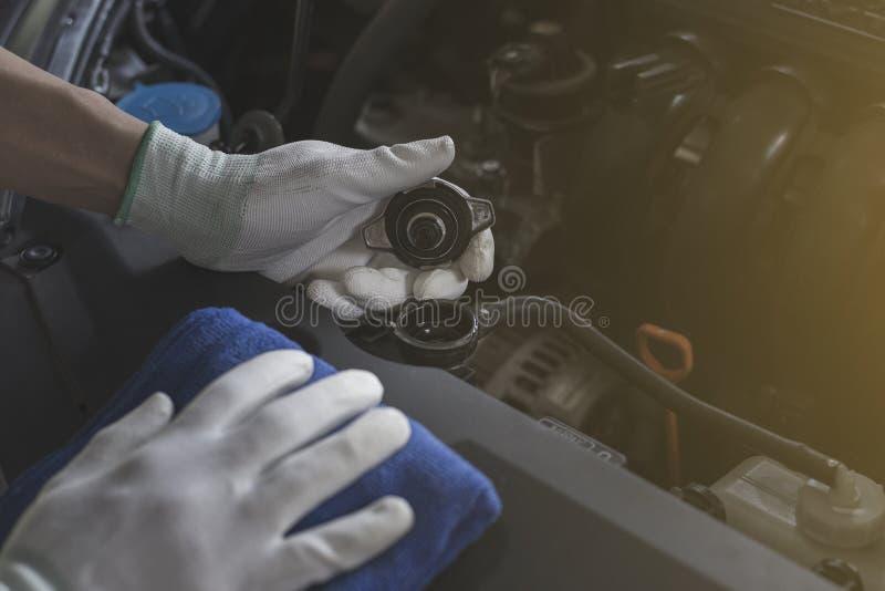 Ο τεχνικός ελέγχει το θερμαντικό σώμα αυτοκινήτων, αυτοκίνητο ελέγχου πρίν ταξιδεύει στοκ φωτογραφίες με δικαίωμα ελεύθερης χρήσης