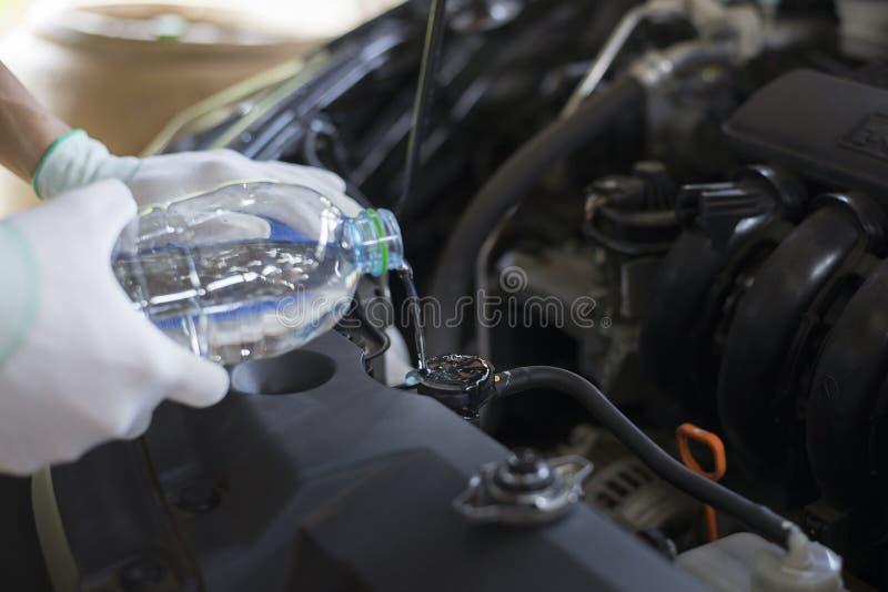 Ο τεχνικός ελέγχει το θερμαντικό σώμα αυτοκινήτων στοκ εικόνες