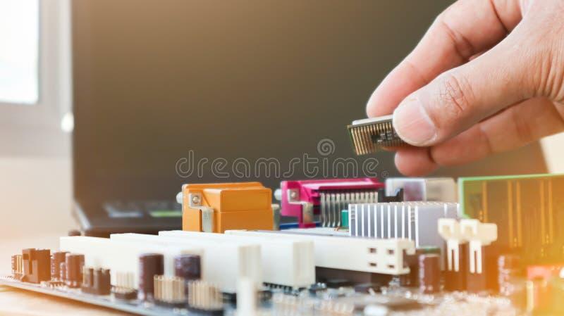 Ο τεχνικός τοποθετεί τη CPU στην υποδοχή της μητρικής πλακέτας του υπολογιστή έννοια του υλικού υπολογιστών επιδιόρθωση αναβάθμισ στοκ φωτογραφίες με δικαίωμα ελεύθερης χρήσης