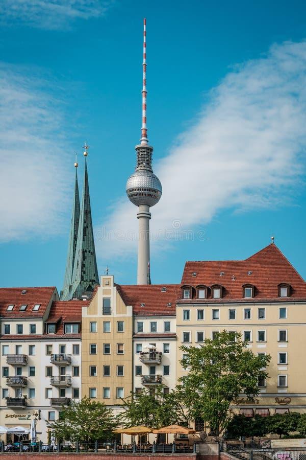 Ο τηλεοπτικός πύργος Fernsehturm, πίσω από Nikolaiviertel στο Βερολίνο Γερμανία στοκ εικόνες με δικαίωμα ελεύθερης χρήσης