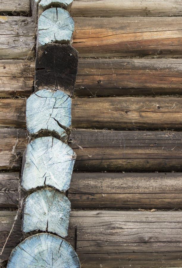 Ο τοίχος μιας ξύλινης σιταποθήκης με τα μπλε κούτσουρα στοκ εικόνα