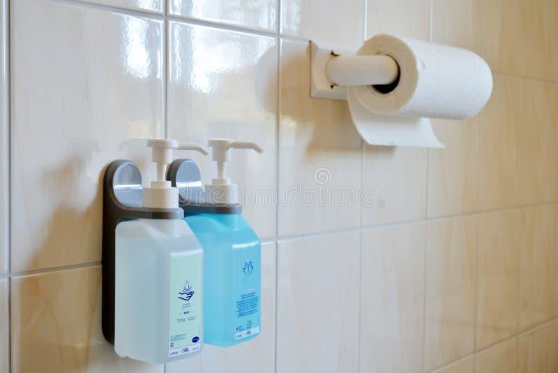 Ο τοίχος στον οποίο κρεμάστε τα αντισηπτικά πλυσίματα χεριών και τις πετσέτες εγγράφου στοκ εικόνα με δικαίωμα ελεύθερης χρήσης