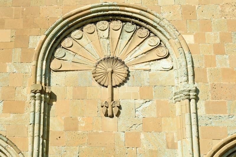 Ο τοίχος του καθεδρικού ναού Svetitskhoveli είναι διακοσμημένος με τη χάραξη πετρών σε Mtskheta, Γεωργία στοκ εικόνα με δικαίωμα ελεύθερης χρήσης