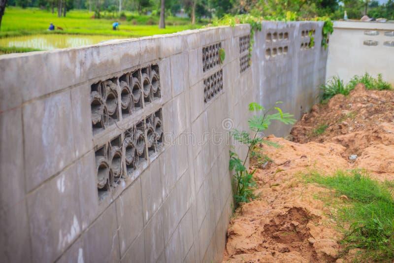 Ο τοίχος φρακτών της πρόσφατα χτισμένης κατοικίας είναι γαρμένος και καταρρεσμένος du στοκ φωτογραφίες με δικαίωμα ελεύθερης χρήσης