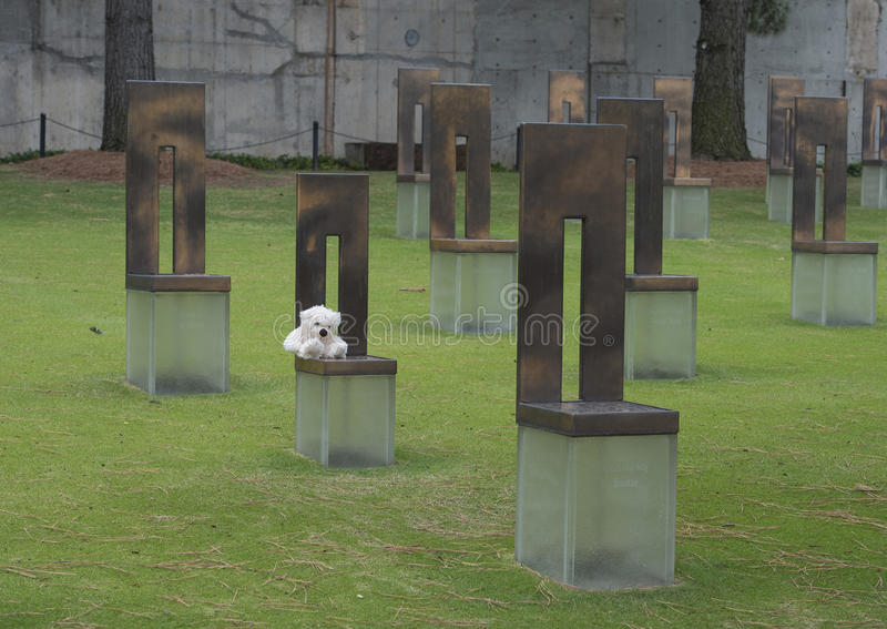 Ο τομέας των κενών εδρών με άσπρο Teddy αντέχει, μνημείο Πόλεων της Οκλαχόμα στοκ φωτογραφία με δικαίωμα ελεύθερης χρήσης