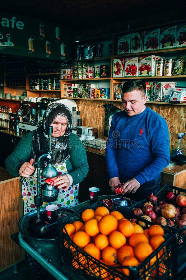 Ο τοπικός πωλητής στο φρέσκο κατάστημα χυμού, ταινία κοιτάζει με τα εσπεριδοειδή και pome στοκ φωτογραφία