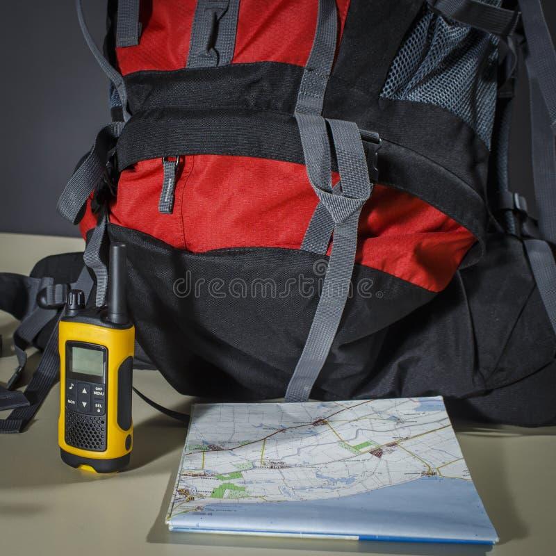 Ο τουρίστας έθεσε: χάρτης, τσάντα και walkie-talkie στοκ εικόνες με δικαίωμα ελεύθερης χρήσης