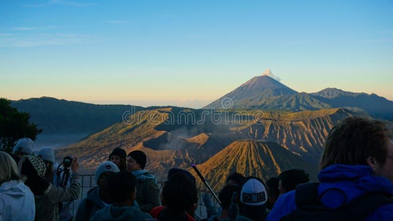 Ο τουρίστας βλέπει το bromo στοκ εικόνες με δικαίωμα ελεύθερης χρήσης